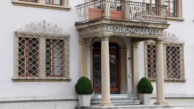 Eingang des Schwyzer Regierungsgebäudes.