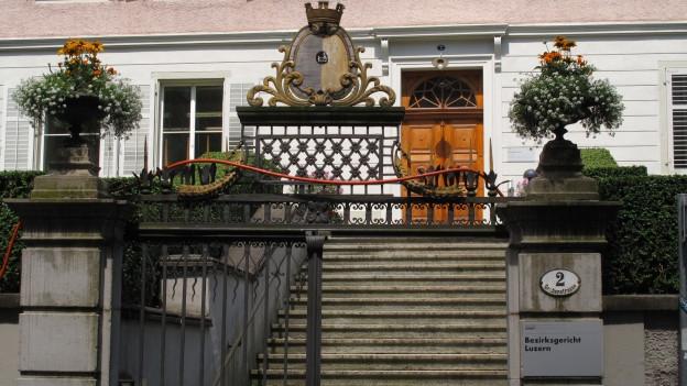 Eingang Bezirksgericht Luzern.