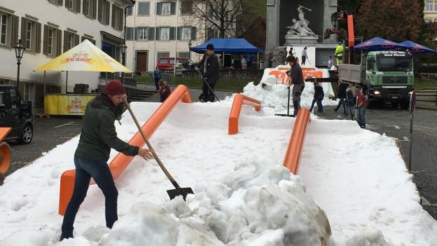 Bauarbeiten für Winkelride mit Schnee und Gestellen.
