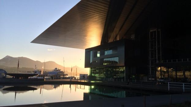 Das Kultur- und Kongresszentrum in Luzern bei Sonnenaufgang.