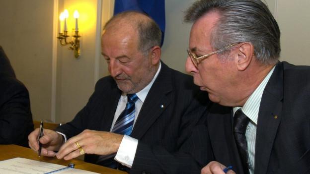 Anton Schwingruber und Kurt Wernli bei der Vertragsunterzeichnung.