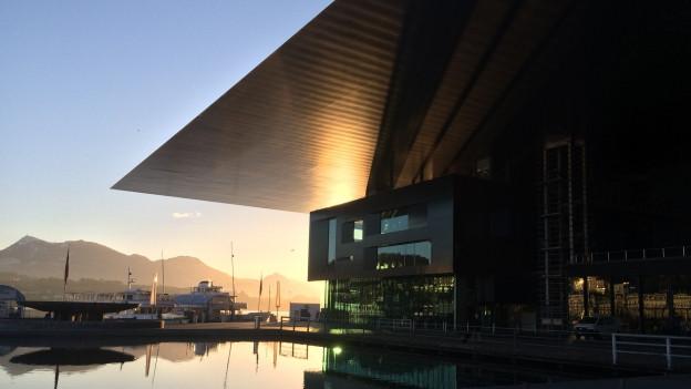 KKL Luzern mit Sonne im Hintergrund.