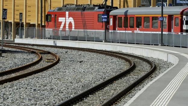 Gleisanlage, Perron und Zug.