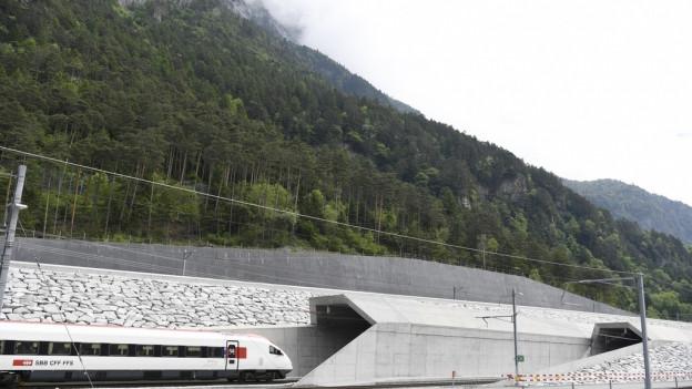 Die Einfahrt in den Basistunnel bei Erstfeld.
