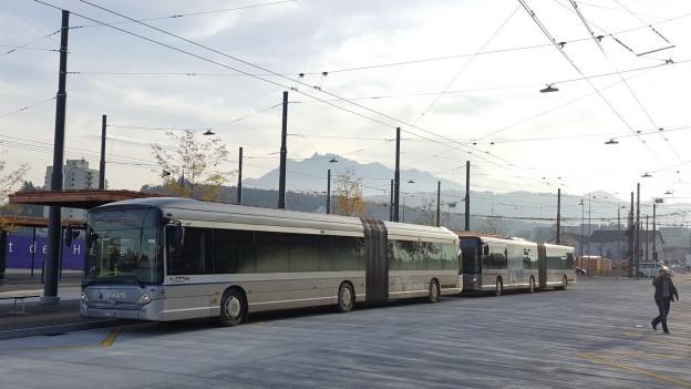 Busse stehen am neuen Busbahnhof in Emmenbrücke.