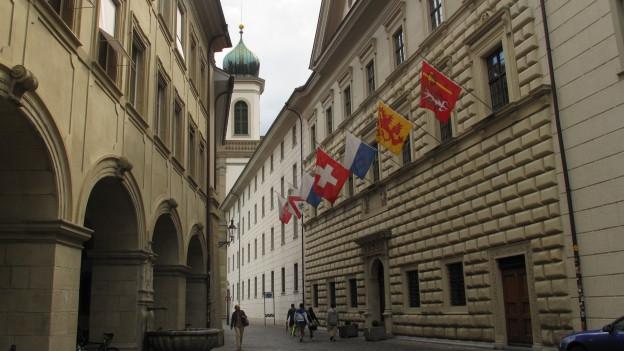 Im Regierungsgebäude beschliesst Luzerner Kantonsrat eine Steuererhöhun