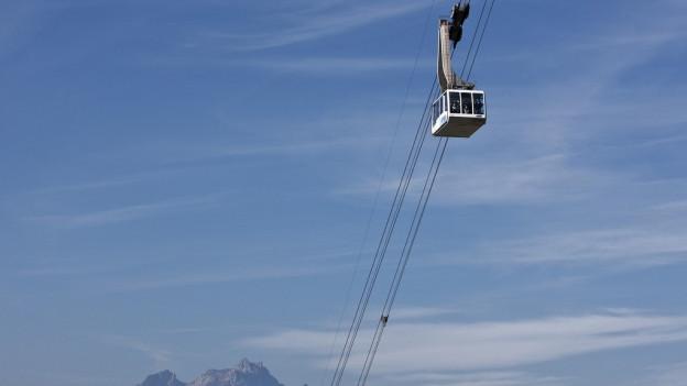Eine Seilbahn in der Luft.