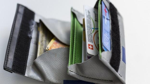 Ein Portemonnaie mit verschiedenen Krankenkassenkarten.