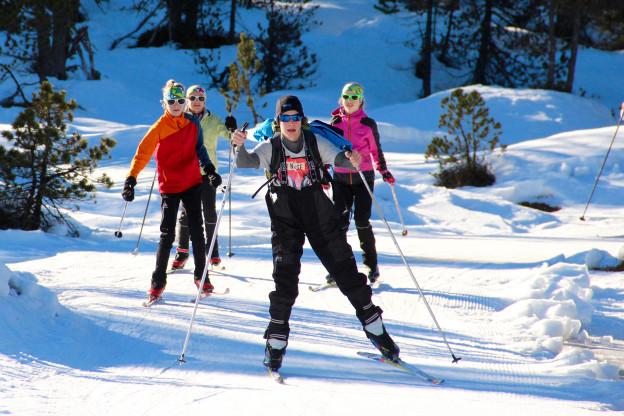 Jugendliche beim Langlaufskifahren.