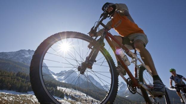 Ein Mountainbiker unterwegs.
