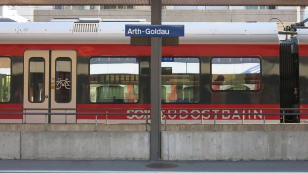 Ein roter Zug wartet am Bahnhof Arth-Goldau auf die Abfahrt.