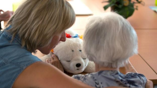 Personal in Altersheim betreut alte Frau.