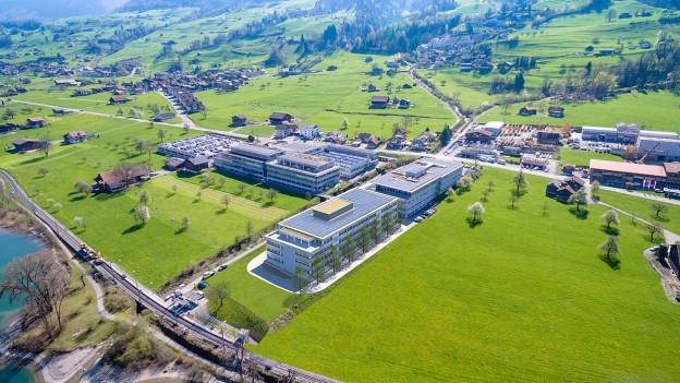 So wird der Hauptsitz von Maxon in Sachseln ab 2018 aussehen. Das neue Innovationszentrum liegt direkt am See.