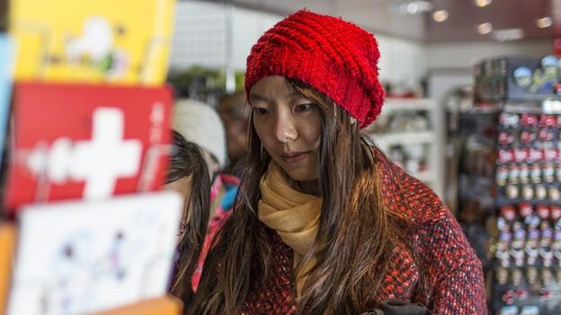 Eine chinesische Touristin in einem Souvenirshop.