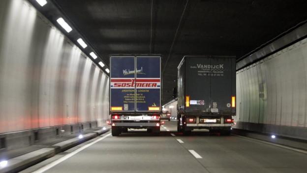 Zwei Lastwagen im Seelisbergtunnel.