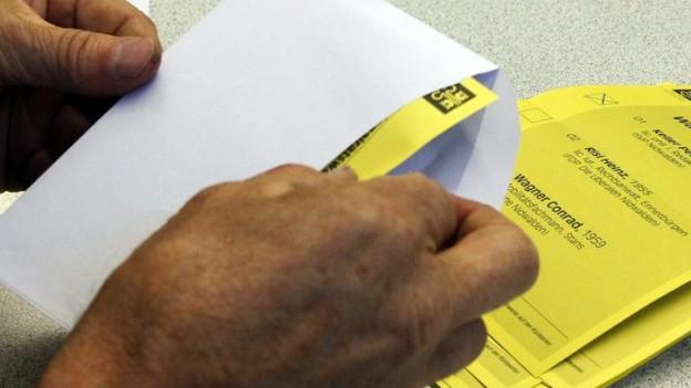 Stimmen bei einer Wahl in Nidwalden werden ausgezählt.