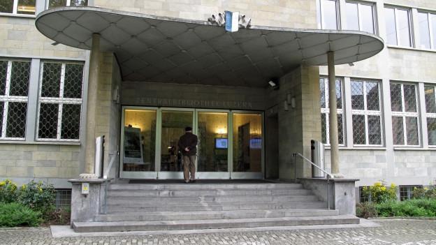 Der Eingang der Zentral- und Hochschulbibliothek in Luzern.