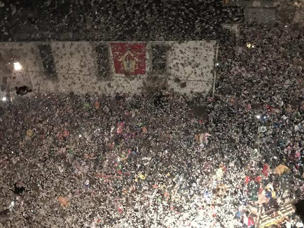 Auf dem Kappellplatz regnet es Millionen von Fötzeli.