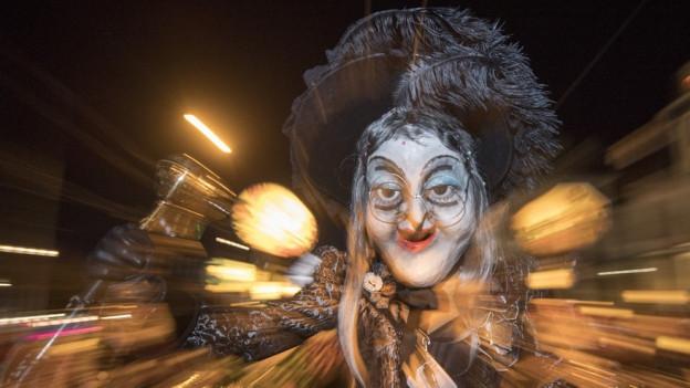 Ein maskierter Fasnächtler am Monstercorso 2017 in der Stadt Luzern.