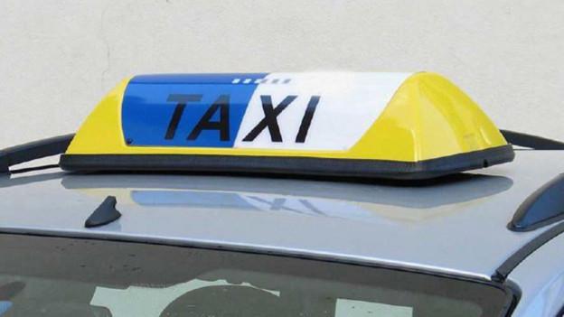 Taxi steht vor einem Haus.