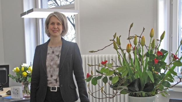 Franziska Bitzi steht in ihrem Büro.