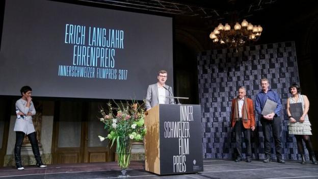 Erich Langjahr ehält einen Ehrenpreis für sein langjähriges Wirken.