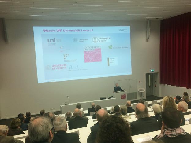 Rund 100 junge Leute studieren an der Uni Luzern Wirtschaft.