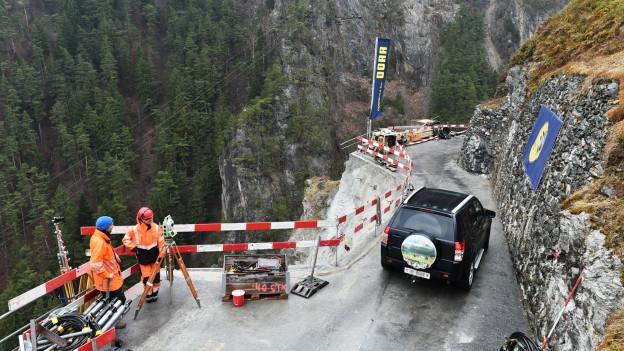 180 Autos wurden unter Aufsicht via Bristenstrasse ins Tal gebracht.