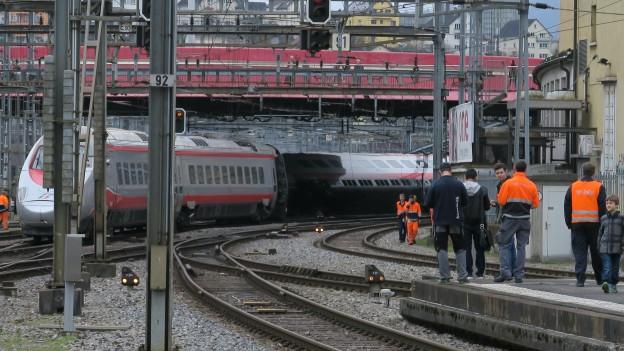 Zwei Wagen eines Eurocity-Zugs sind im Bahnhof Luzern entgleist.