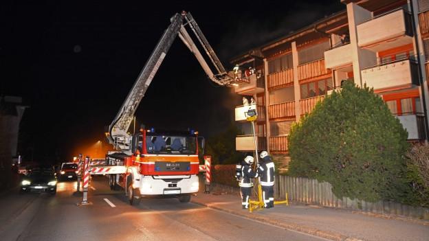 Die Feuerwehr hat 24 Leute in Sicherheit gebracht.