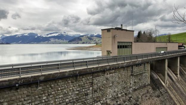 Staumauer mit Gebäude am Sihlsee.