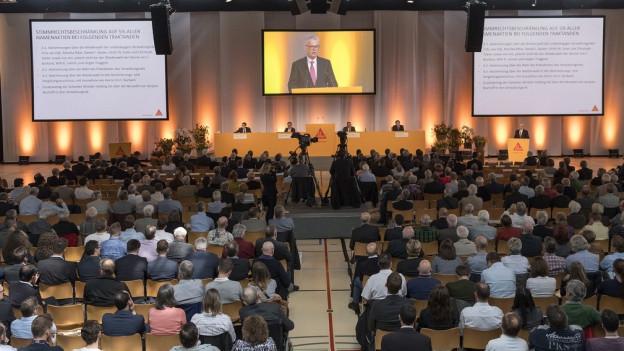 VR-Präsident Paul Hälg wendet sich an die Aktionärsversammlung
