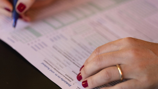 Frau füllt Steuererklärung aus.
