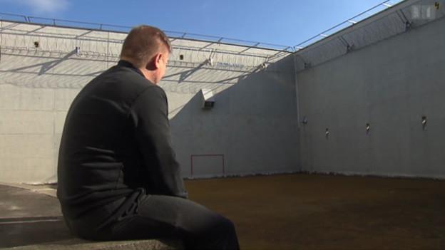 Ignaz Walker im Innenhof eines Gefängnisses