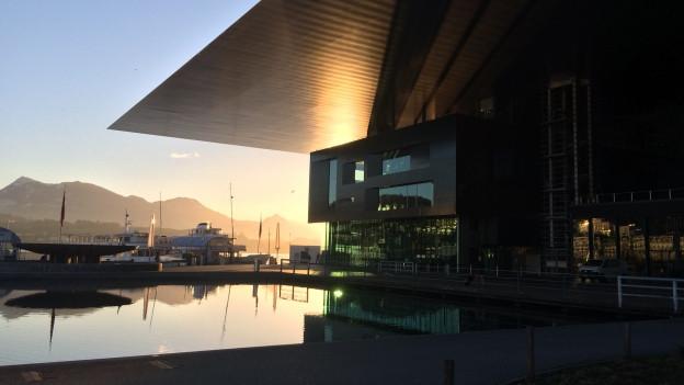 KKL Luzern bei Sonnenaufgang.