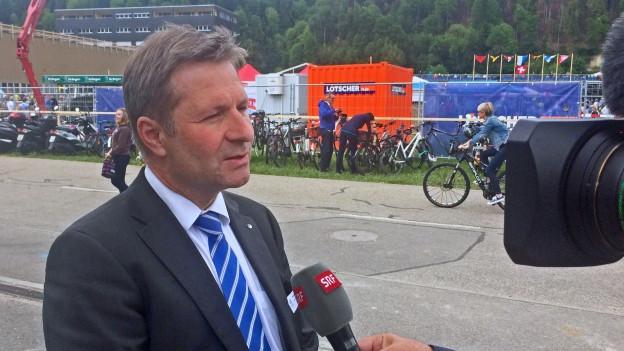 Regierungsrat Marcel Schwerzman steht Red und Antwort nach der Abstimmung.