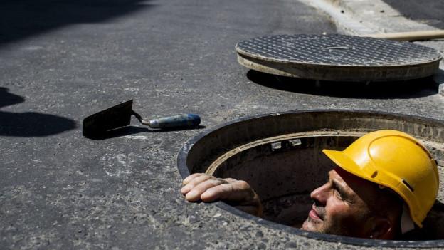 Ein Bauarbeiter in Aktion.