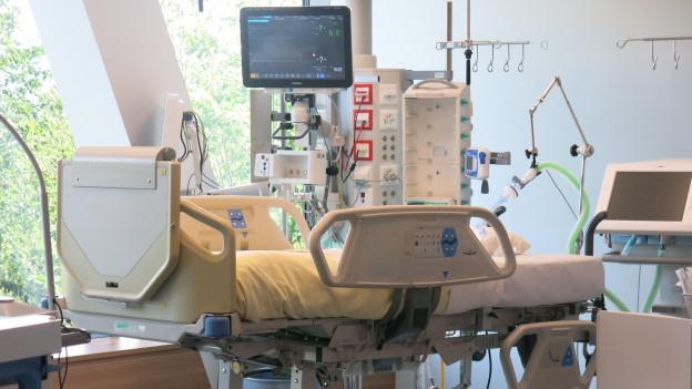 Blick auf ein Bett in einer Intensivstation.