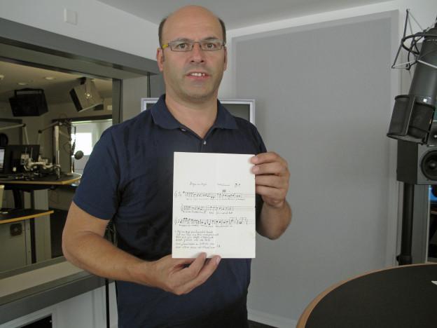 Peter Gisler mit dem Originalmanuskript