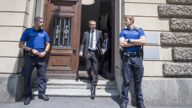 Kommandant Adi Achermann verlässt das Gericht.