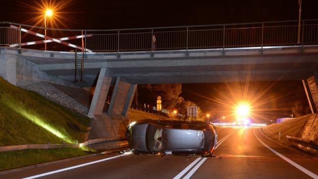 Nach dem Unfall: Das Auto auf der Hauptstrasse Luzern-Wolhusen.