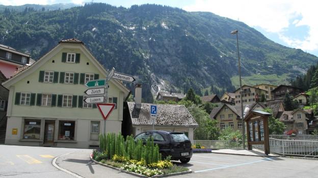 Strassenkreuzung im Dorf Göschenen mit dem Restaurant Kreuz