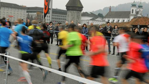 Am Sonntag werden gegen 12'000 Läuferinnen und Läufer auf der Strassen unterwegs sein. (Archivbild)