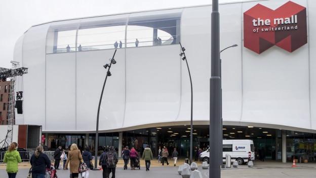 Menschen vor Einkaufscenter