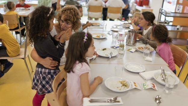 Kinder essen in einem Hort