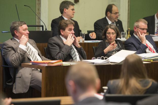 Die Regierung zeigt sich für die Diskussion um eine Steuererhöhung offen, jedoch erst für die nächste Budgetdebatte.