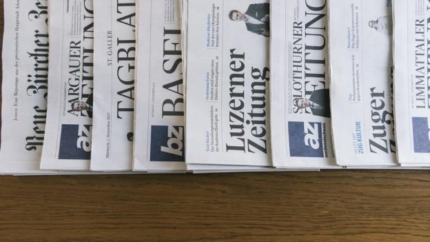 Die verschiedenen Zeitungen auf einem Tisch