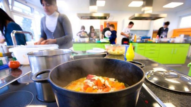 Kochen soll an Luzerner Schulen weiterhin ein Wahlfach bleiben.