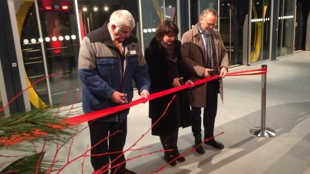 Bundespräsidentin Doris Leuthard durchtrennt das rote Band zur Eröffnung.