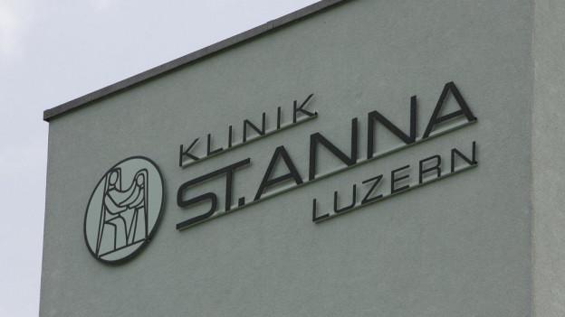 Der Schriftzug Klinik St. Anna Luzern